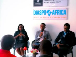 Wilfried ADINGRA, CEO de Diaspo4Africa entouré de ses collaborateurs